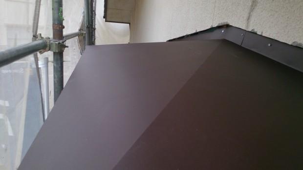 玄関庇屋根部分の板金交換工事とベランダ増築箇所のサイド立平葺き(ハイロック)屋根の写真