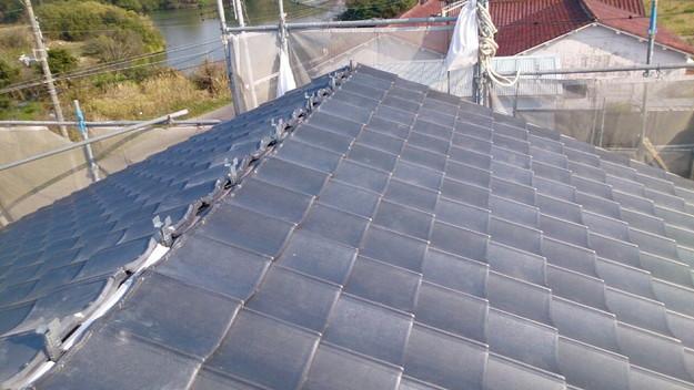 ハイブリッド軽量瓦屋根材敷設作業中1430704554280