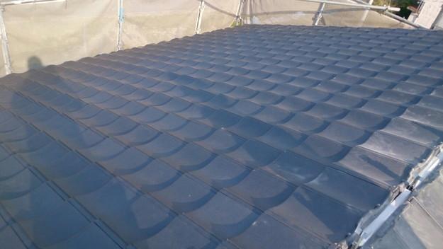 ハイブリッド軽量瓦屋根材敷設作業中1430704558653