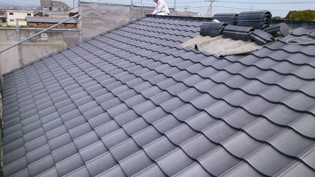 ハイブリッド軽量瓦屋根材敷設作業中1430704562942