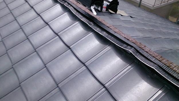 ハイブリッド軽量瓦屋根材敷設作業中1430704567462