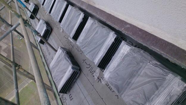 ハイブリッド軽量瓦屋根材敷設作業中1430704599274