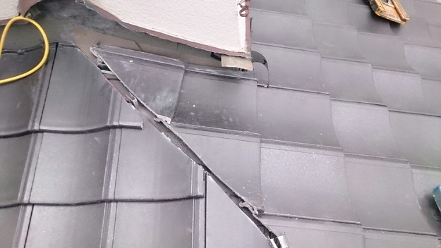 ハイブリッド軽量瓦屋根材敷設作業中1430704603927