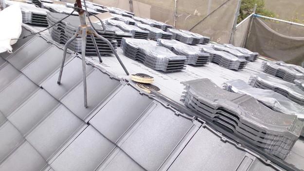ハイブリッド軽量瓦屋根材敷設作業中1430704627234