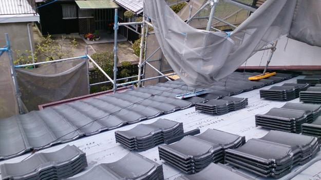 ハイブリッド軽量瓦屋根材敷設作業中1430704639951