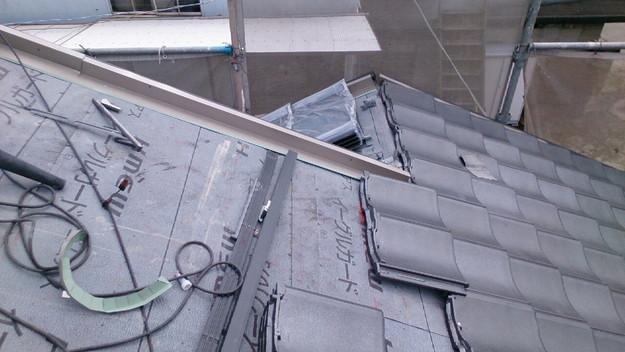 ハイブリッド軽量瓦屋根材敷設作業中1430704644471