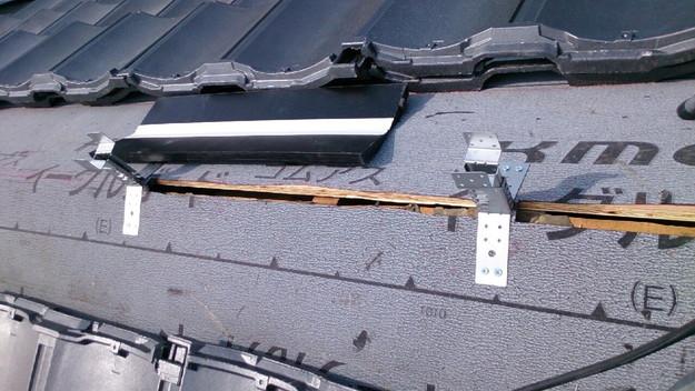 ハイブリッド軽量瓦屋根材敷設作業中1430704653624