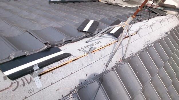 ハイブリッド軽量瓦屋根材敷設作業中1430704656314