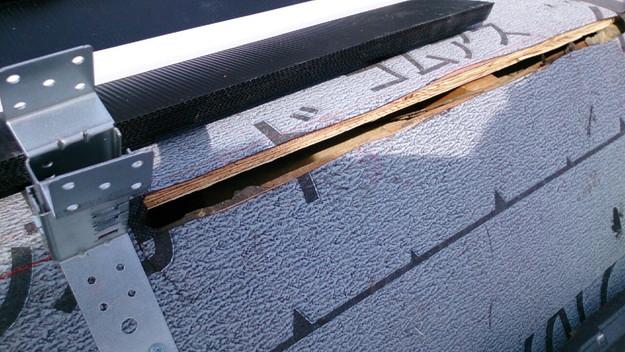 ハイブリッド軽量瓦屋根材敷設作業中1430704659480