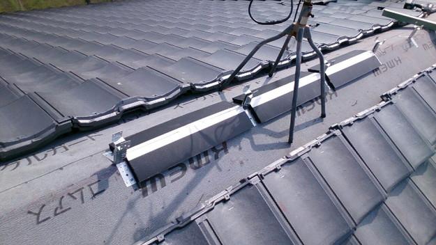 ハイブリッド軽量瓦屋根材敷設作業中1430704663042
