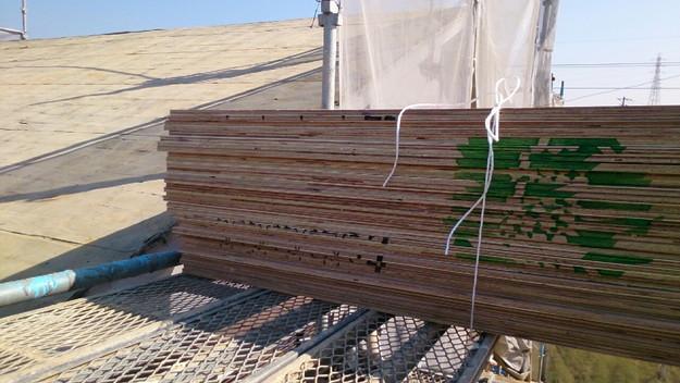 大屋根の瓦撤去後補修修理材料搬入1430704511835