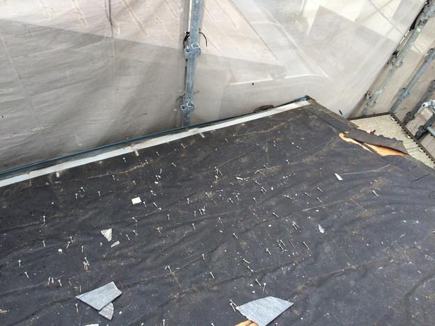 屋根リフォーム既存屋根材撤去作業中1429233400059