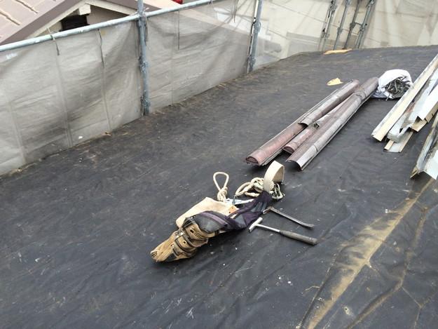 屋根リフォーム既存屋根材撤去作業中1429233402279