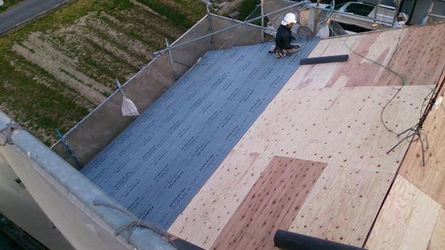 屋根リフォーム防水シート敷設工事作業1430704528175