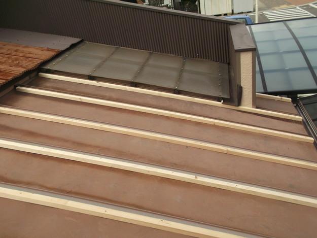 屋根リフォーム工事下地材敷設中