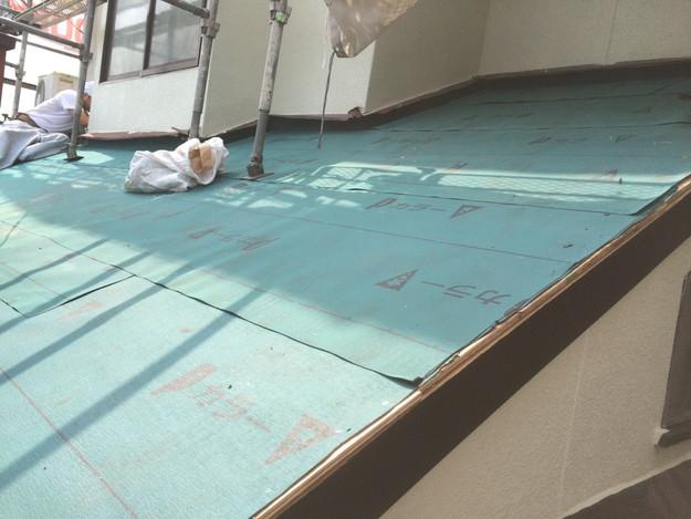 屋根リフォーム中防水シート張り1434975859388