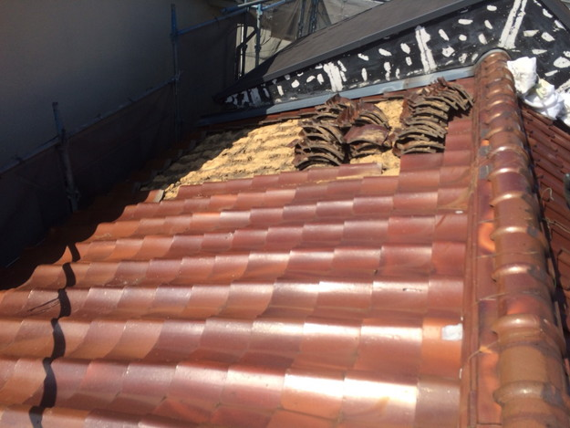 既存屋根瓦撤去中1438741015030