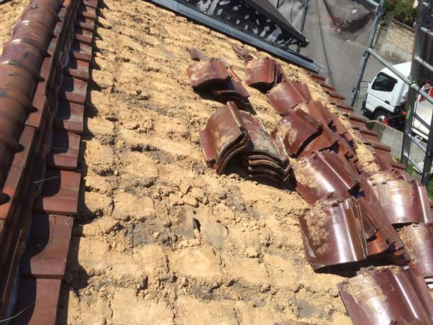 既存屋根瓦撤去中1438741026257
