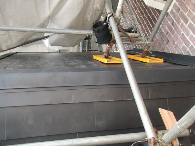 新設屋根材敷設中DSCF2474