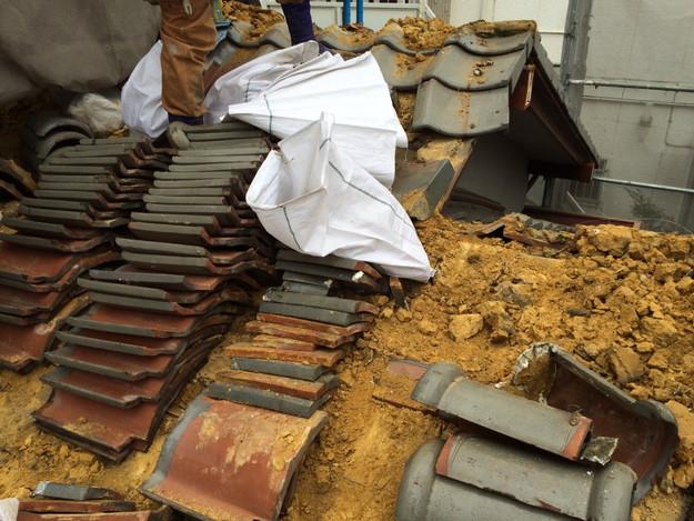 既存和瓦の撤去作業1449324538848