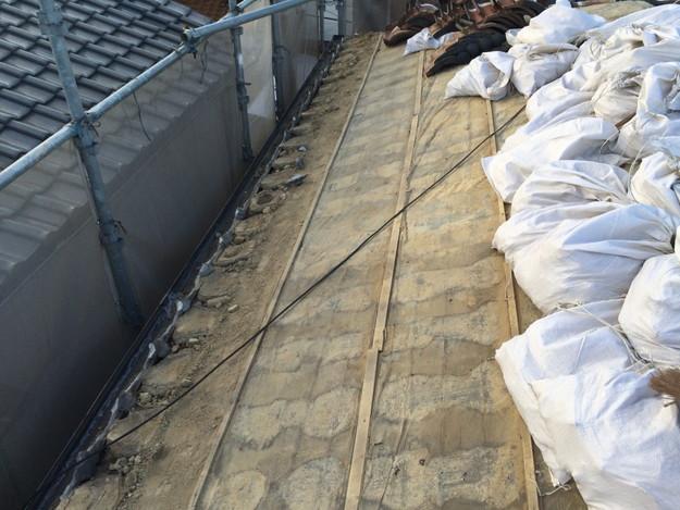 既存屋根瓦の撤去作業1449367309156