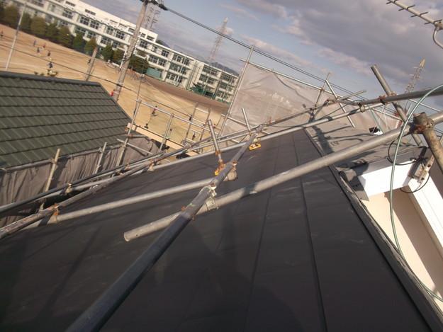 新設屋根材敷設中DSCF2412
