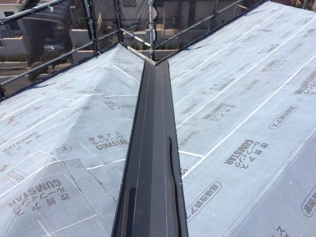 屋根のリフォーム葺き替え工事板金設置中1459505900826