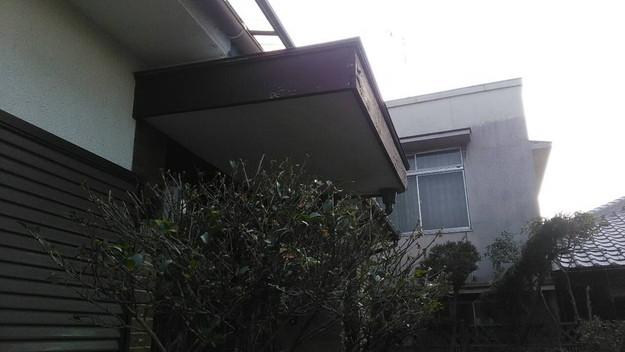 雨漏り修理玄関の板金工事施工前1456706343978
