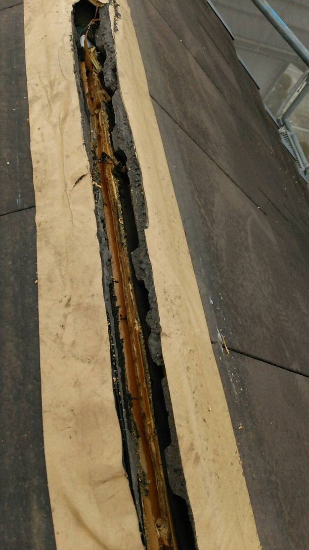 屋根修理棟板金工事と屋根裏換気システム設置施工中1460029615875