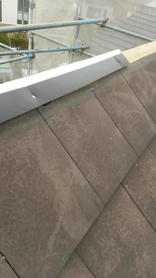 屋根修理棟板金工事と屋根裏換気システム設置施工中1460029617807