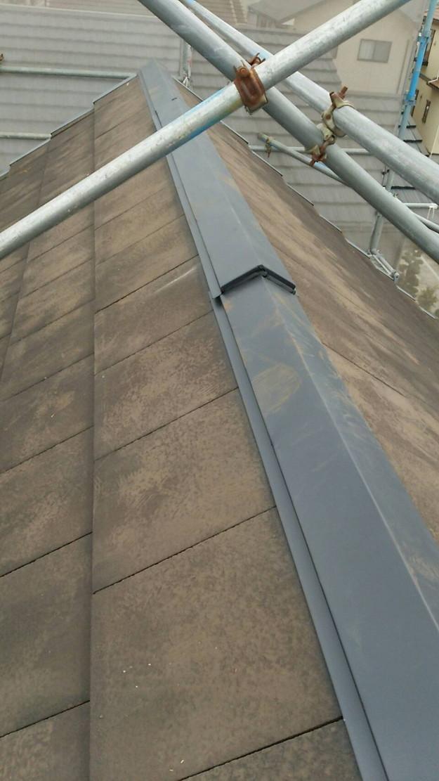 屋根修理棟板金工事と屋根裏換気システム設置施工中1460029620081