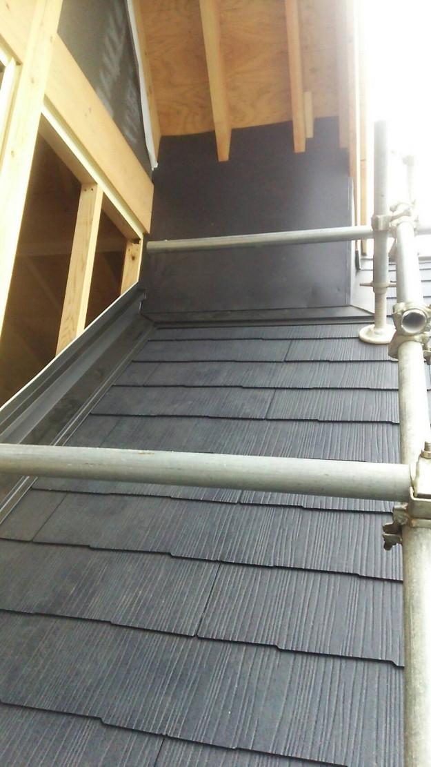 屋根修理棟板金工事と屋根裏換気システム設置施工中1460029647336