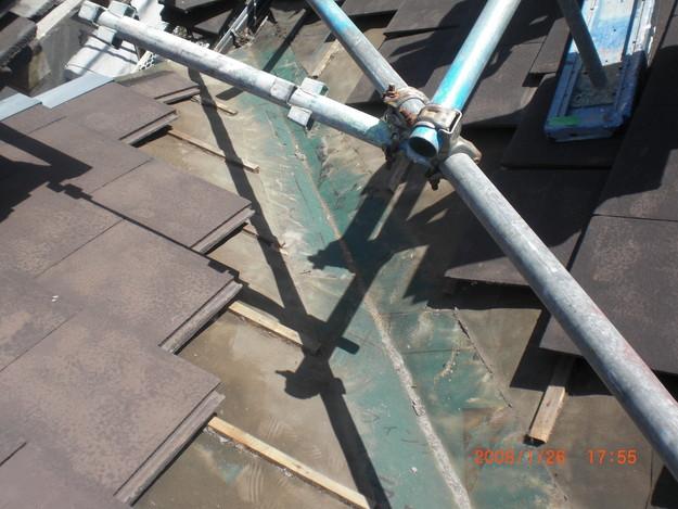 屋根修理棟板金工事と屋根裏換気システム設置施工中CIMG2496