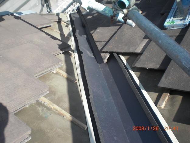 屋根修理棟板金工事と屋根裏換気システム設置施工中CIMG2499