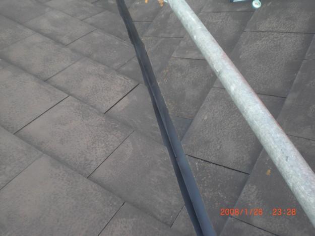 屋根修理棟板金工事と屋根裏換気システム設置施工中CIMG2503