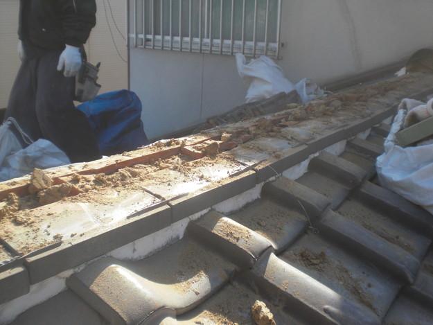 屋根修理棟瓦積替工事施工中CIMG2295