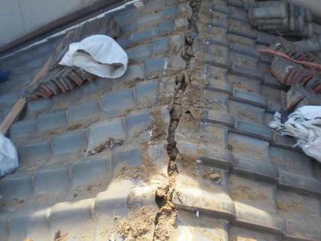 屋根修理棟瓦積替工事施工中CIMG2298