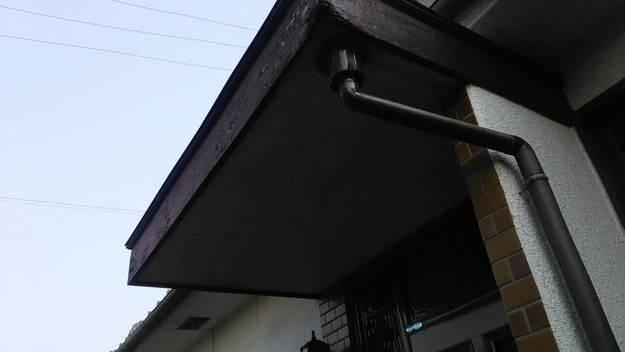 雨漏り修理玄関の板金工事施工前1456706340440